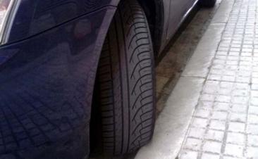 Hay neumáticos con protector de llantas