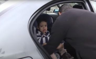 Así se sienta correctamente a un niño dentro de un coche