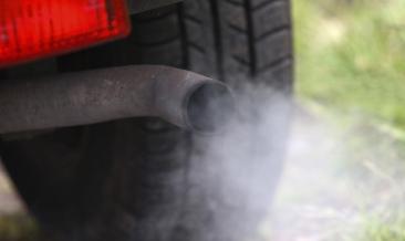 El humo de escape de tu coche te puede alertar sobre averías