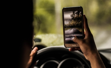 ¿Chateas mientras conduces? Te costará cada vez más caro