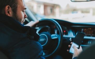 Tráfico propone restar seis puntos por conducir usando el móvil