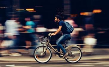 Cómo conducir junto a peatones, ciclistas y motociclistas