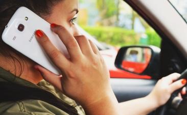 Hablar por el móvil mientras conduces no es una buena idea (ni con el manos libres)