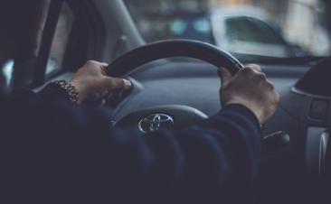 Pistas que indican que debes revisar la dirección de tu coche