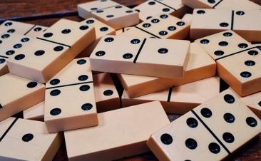 ¿Sabes qué es el efecto dominó? Descubre cómo evitarlo al conducir