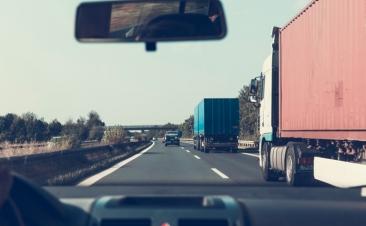 Cuatro consejos para circular entre camiones