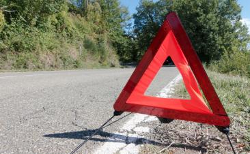 No te despidas de los triángulos: la luz de emergencia obligatoria se retrasa