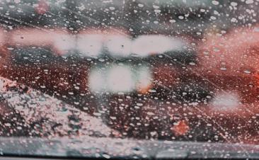 Cuatro consejos para mantener limpios los cristales de tu coche en verano