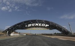 El primer Puente Dunlop de España ya luce en el Circuito del Jarama