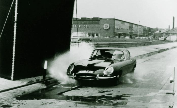 Prueba de aquaplaning sobre un Jaguar