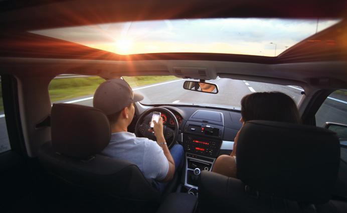 Conducir y usar el móvil, entre los hábitos más irritantes para la pareja